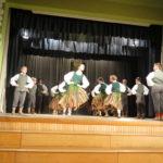 Ar biedrības un uzņēmēju atbalstu skolēni tiek pie jauniem skatuves tērpiem